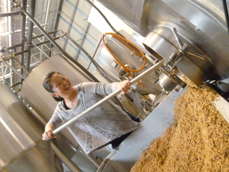 I'm only just the right level of qualified to do this - cleaning out the mash tun